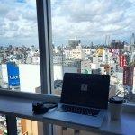 laptop w biurowcu