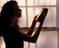 Kobieta w trakcie czytania książki