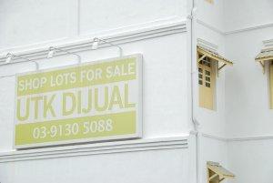 reklama na białym budynku